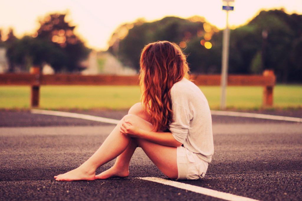women-alone_00422582.jpg