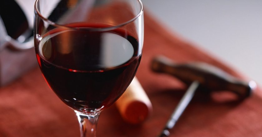 a_glass_of_red_wine_1_1600x1200.jpg
