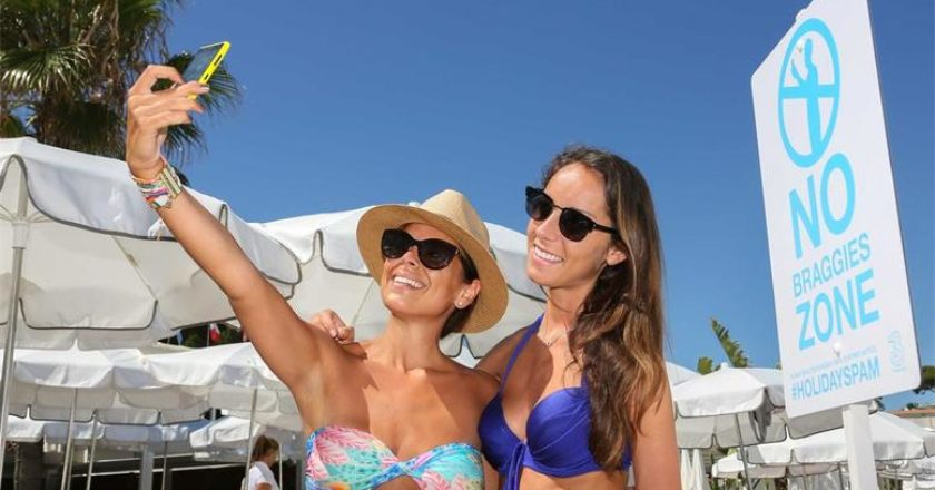apagoreusi-twn-selfies-se-paralia-tis-gallias.w_l.jpg