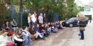 kathigites_ekanan_mathima_sto_parkingk_tis_sholis.jpg