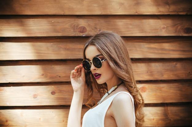 8a4fc6f2a4 Πώς να επιλέξεις τα ιδανικά γυαλιά ηλίου ανάλογα με το σχήμα του ...