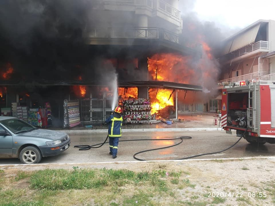 Βάρδα: Καταστράφηκε ολοσχερώς πολυκατάστημα, από φωτιά στο κέντρο της πόλης (photos- BINTEO)