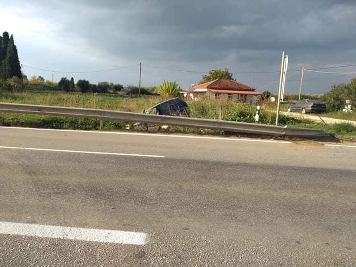 Ηλεία: Τροχαίο ατύχημα στην παλαιά Ε.Ο. Πατρών – Πύργου, στο Συρμπάνι Βάρδας (photos)
