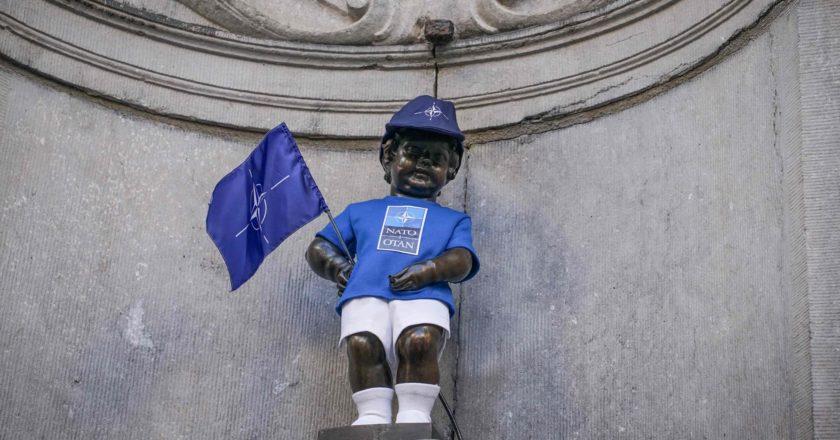 Το αγαλμα μανεσκεπν πιν στα χρωματα του ΝΑΤΟ