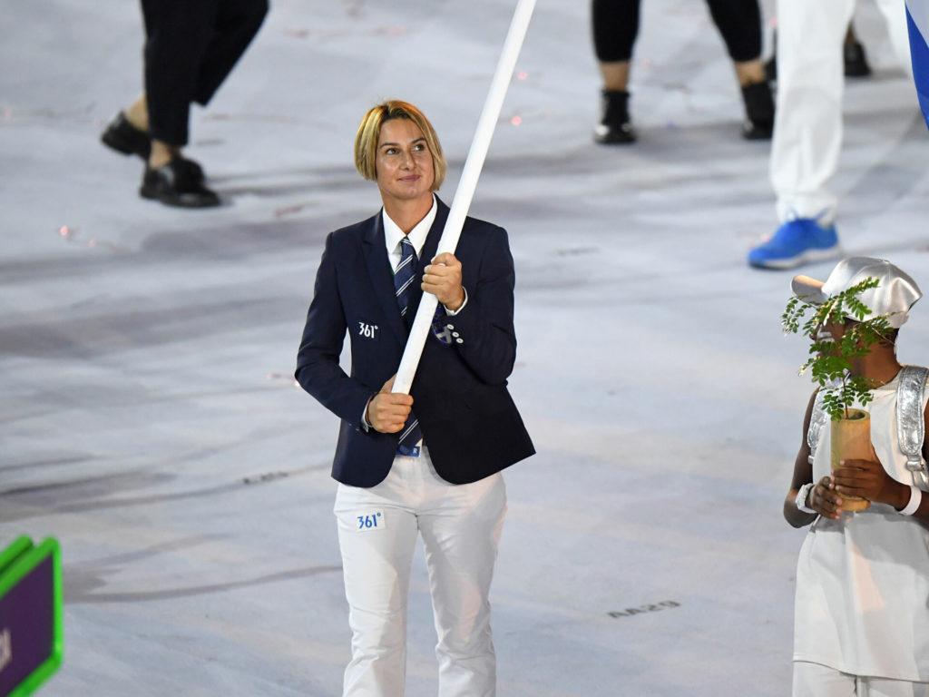 Η Ολυμπιονίκης Σοφία Μπεκατώρου κρατά την δάδα των Ολυμπιακων Αγώνων