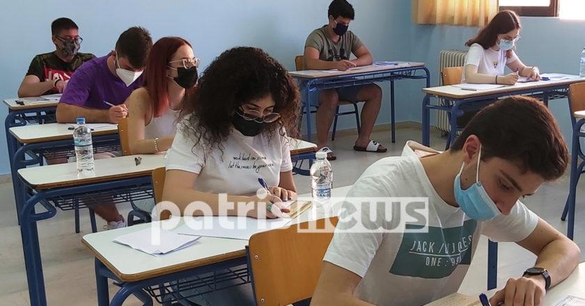 μαθητές δίνουν πανελλαδικές εξετάσεις