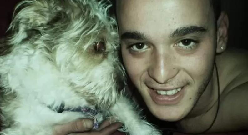 ανδρας αγκαλια με σκυλο