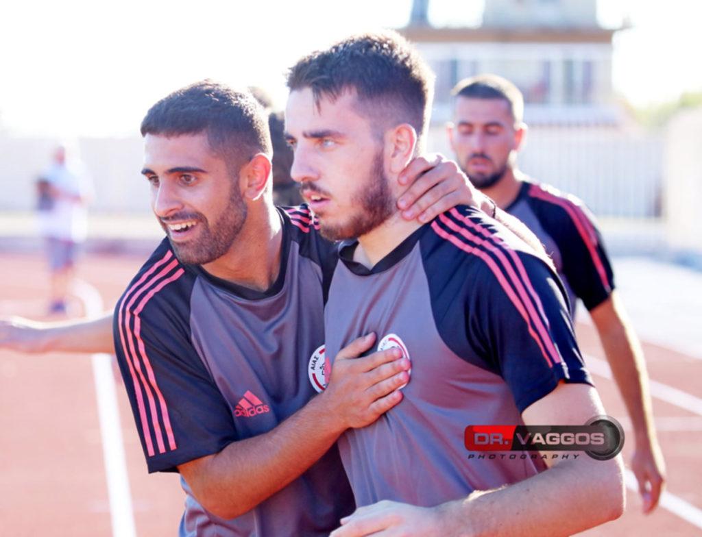 ποδοσφαιριστές αγκαλιάζονται
