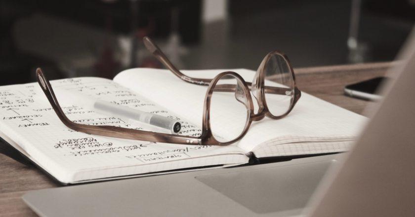 γυαλιά οράσεως πάνω σε τετράδιο