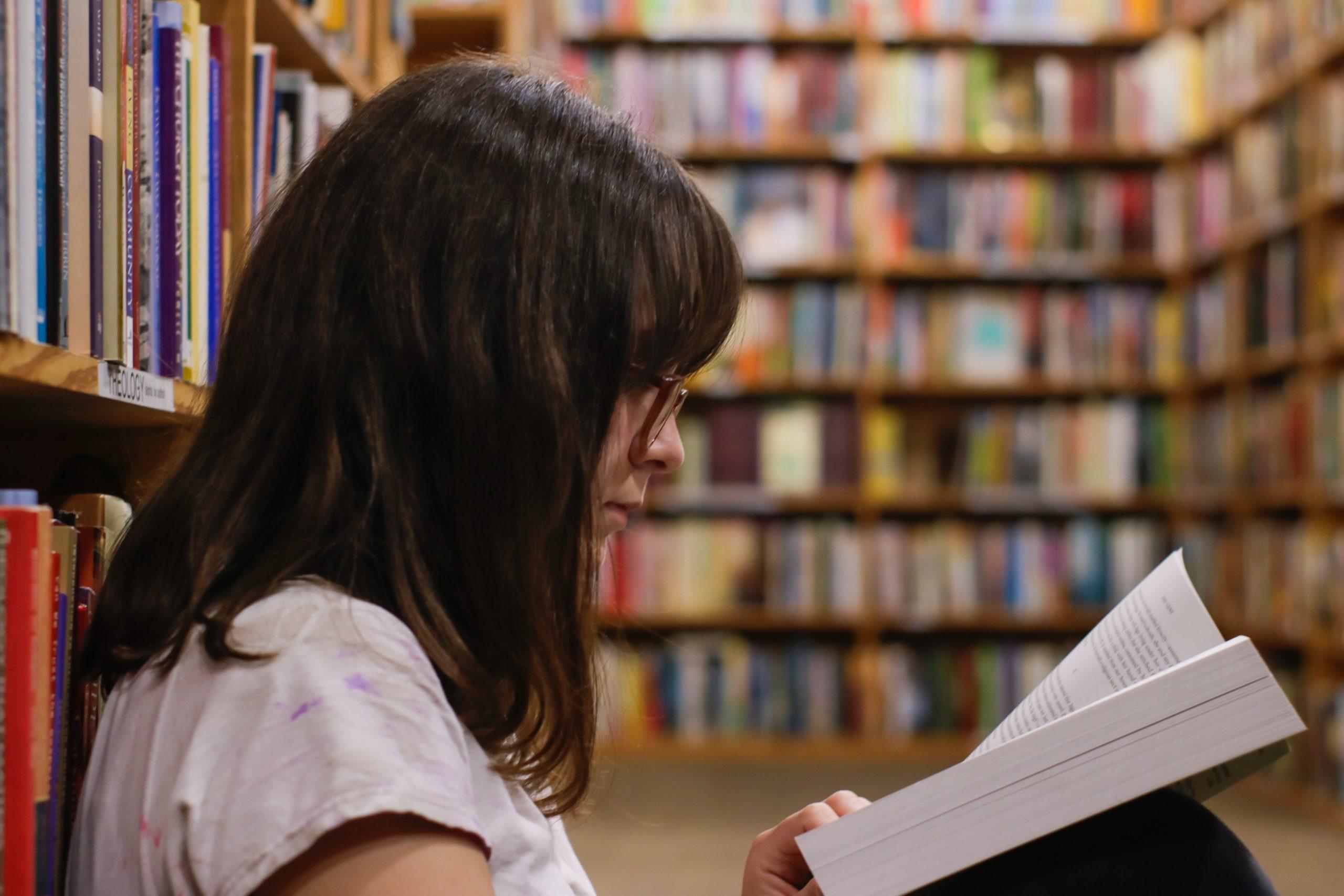 μαθήτρια διαβάζει στην βιβλιοθήκη