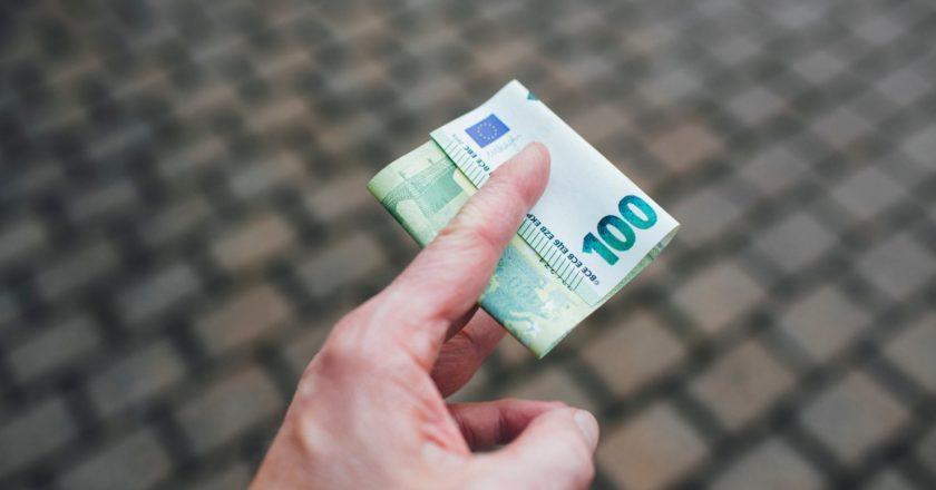ένας χέρι κρατά χαρτονόμισμα των εκατό ευρώ