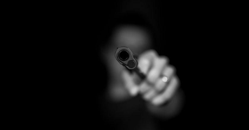 άνδρας σημαδεύει με όπλο
