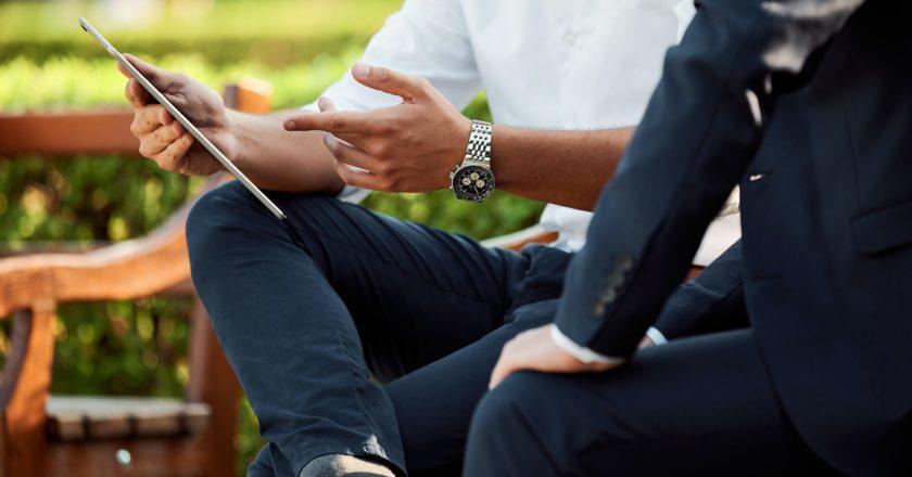 επιχειρηματίες συζητουν σε παγκακι