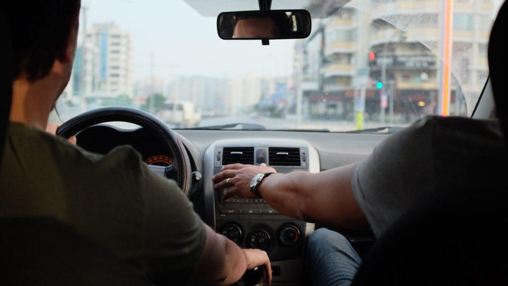 οδηγός και συνοδηγός αυτοκινήτου