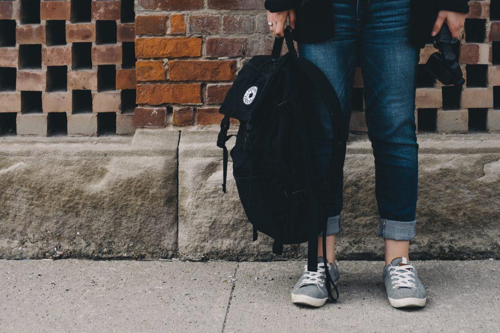 μαθητής κρατάει την σχολική του τσάντα