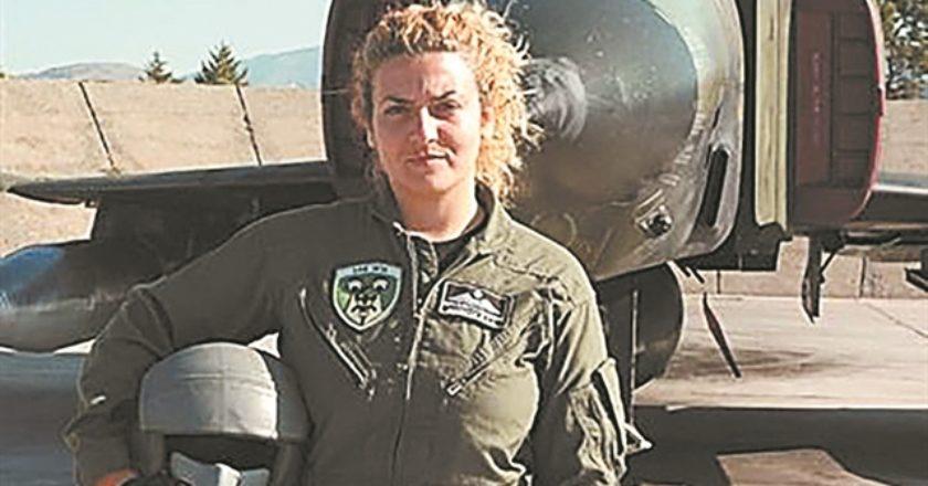 Η υποσμηναγός (Ι) Ιωάννα Χρυσαυγή είναι και η πρώτη ελληνίδα πιλότος μαχητικού αεροσκάφους. Σήμερα είναι εκπαιδεύτρια