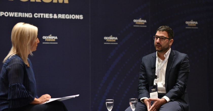 Ο Νάσος Ηλιόπουλος συνομιλεί με δημοσιογράφο
